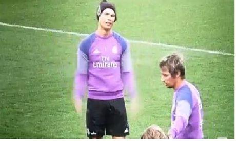 Khoanh khac nhu tre con cua Ronaldo tren san tap - Anh 1
