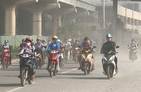 Nguoi di duong khon don vi bao bui o cua ngo Sai Gon - Anh 3