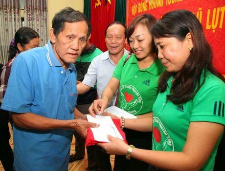 Bao Nha bao & Cong luan cung hoi dong huong tuong tro Viet Nam tai Ma Cao tang qua nguoi dan vung lu Ha Tinh - Anh 1