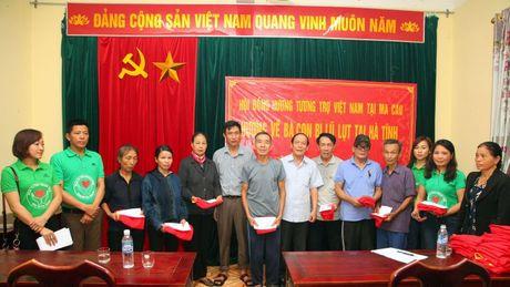Bao Nha bao & Cong luan cung hoi dong huong tuong tro Viet Nam tai Ma Cao tang qua nguoi dan vung lu Ha Tinh - Anh 2