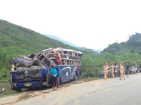 Ho tro cac nan nhan trong vu xe khach gap nan o Quang Nam - Anh 1