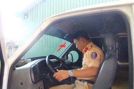 Bat giu xe khach nguy trang xe cap cuu cho day xe go lau - Anh 1