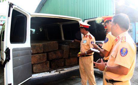 Bat giu xe khach nguy trang xe cap cuu cho day xe go lau - Anh 2