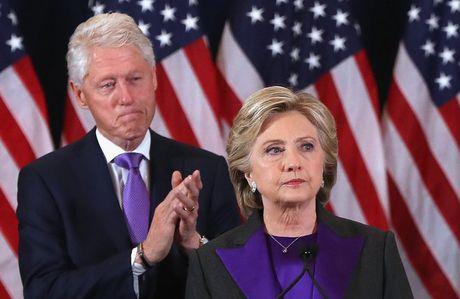 Thong diep tu mau sac trang phuc cua ba Clinton trong dien van bai tran - Anh 1