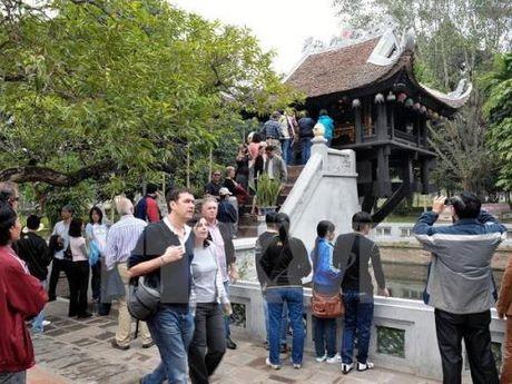 Khach quoc te den Ha Noi 10 thang tuong duong ca nam 2015 - Anh 1
