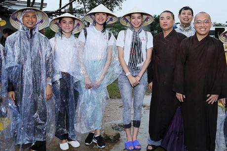 Hoa hau Pham Huong, A hau Thien Ly den Ha Tinh lam tu thien - Anh 2