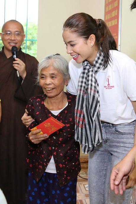 Hoa hau Pham Huong, A hau Thien Ly den Ha Tinh lam tu thien - Anh 4