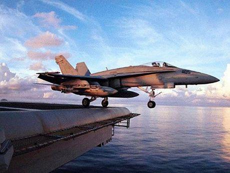 Hai may bay F/A-18 cua hai quan danh bo My dam nhau khi dang bay - Anh 1