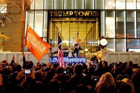 Nguoi phan doi Trump vi ngay bau cu 9/11 voi tham kich khung bo 11/9 - Anh 2