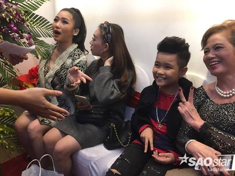 Nhat Minh duoc khan gia 'san don' trong lan dau di dien sau dang quang The Voice Kids 2016 - Anh 2