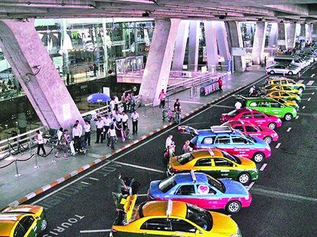 Thai Lan can nhac cho taxi san bay thu phi hanh ly - Anh 1