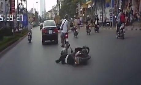 Thanh nien nam 'om' duong vi vua lai xe may vua nhan tin - Anh 1