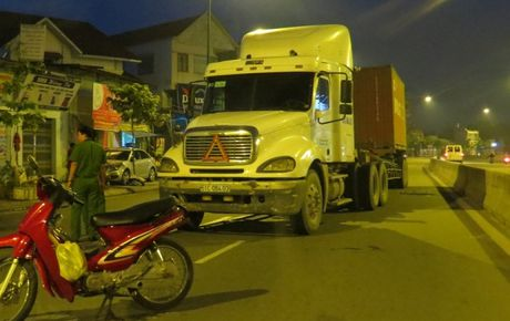Re vao lan o to nam thanh nien bi container tong chet - Anh 1