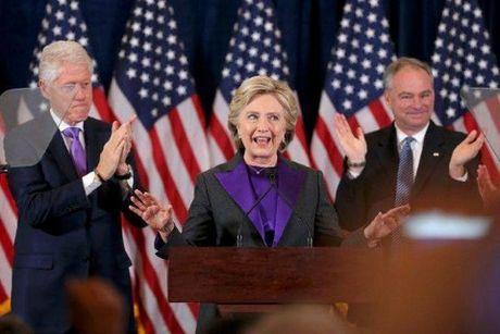 Cam dong dang sau bo do mau tim cua ba Hillary Clinton trong bai phat bieu sau that bai - Anh 3