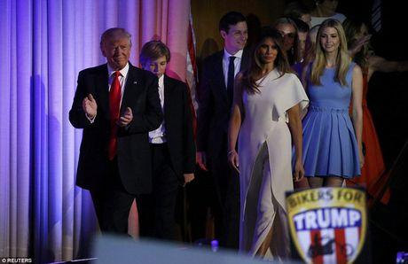 Giay phut ngot ngao cua ong Donald Trump ben gia dinh sau khi dac cu - Anh 1