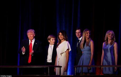 Giay phut ngot ngao cua ong Donald Trump ben gia dinh sau khi dac cu - Anh 2