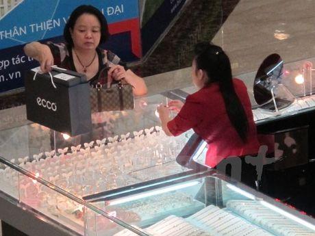Rung lac manh, gia vang SJC 'boc hoi' toi 500.000 dong moi luong - Anh 1