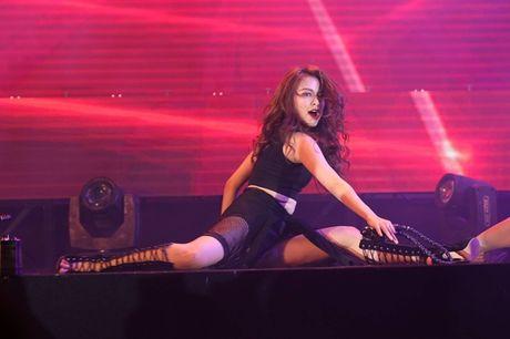 Vu dao sexy 'khong doi thu' mang thuong hieu Hoang Thuy Linh - Anh 7