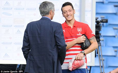 Arsenal chu y! Jose Mourinho dang muon tai hop Mesut Ozil - Anh 1