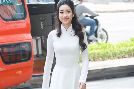 Hoa hau Do My Linh dep hut hon voi ao dai trang - Anh 1