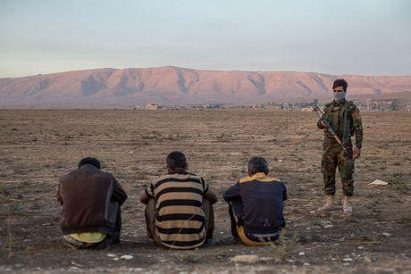 Chien dich danh IS o Mosul: Dong nguoi ao ao chay ti nan - Anh 14