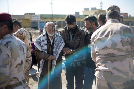 Chien dich danh IS o Mosul: Dong nguoi ao ao chay ti nan - Anh 4