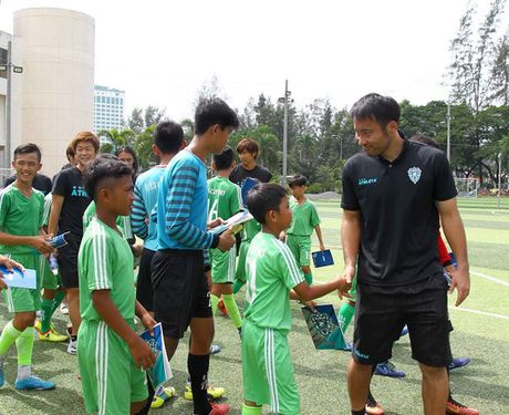 Cau thu Avispa Fukuoka huong dan cho cau thu nhi Can Tho - Anh 1