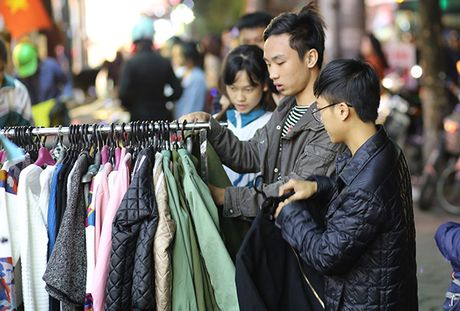 Ha Noi: Cho quan ao via he dong nghit khach nhung ngay chom dong - Anh 3