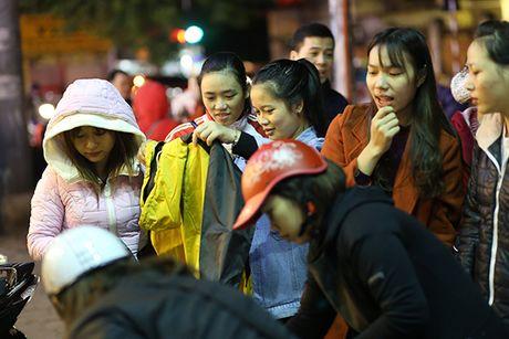 Ha Noi: Cho quan ao via he dong nghit khach nhung ngay chom dong - Anh 5