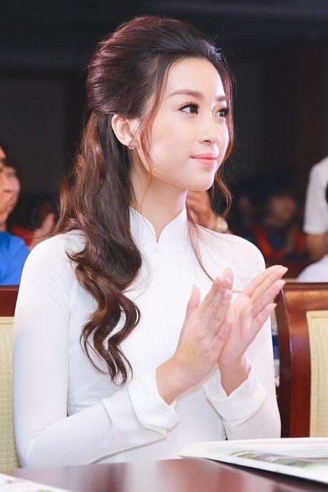 Hoa hau My Linh dep tinh khoi voi ao dai trang - Anh 5