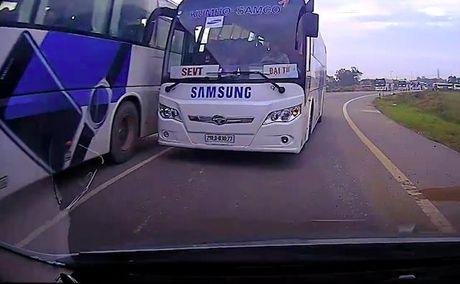 Hai hung xe buyt Samsung chay au, lan lan nguoc chieu - Anh 1