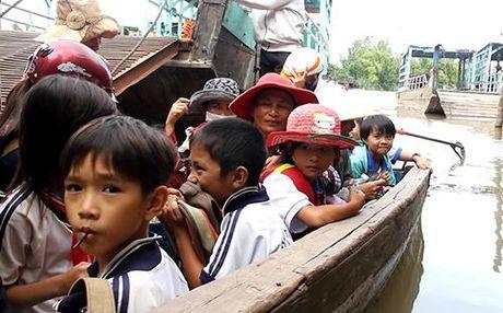 Hang nghin tre Viet kieu Campuchia vuot lu ve nuoc hoc chu - Anh 2