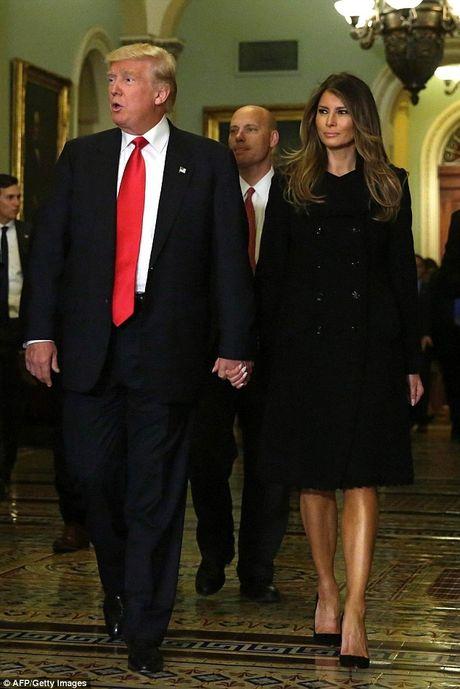 Donald Trump tinh tu nam tay vo buoc vao Nha Trang - Anh 2