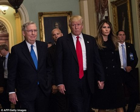Donald Trump tinh tu nam tay vo buoc vao Nha Trang - Anh 5