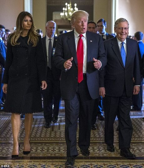 Donald Trump tinh tu nam tay vo buoc vao Nha Trang - Anh 6