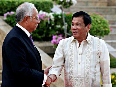 Ong Duterte cho phep Malaysia truy bat toi pham ben trong lanh hai - Anh 1