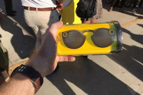 Kinh Snapchat tich hop camera chay hang, doi gia 8 lan tren eBay - Anh 2