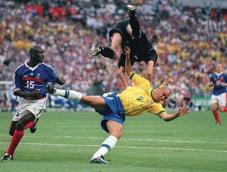 Con dong kinh cua Ronaldo tai World Cup 1998: Thuyet am muu va bi mat khung khiep - Anh 5