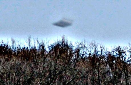 Nhiep anh gia bat gap UFO bay qua nui o Romania - Anh 1