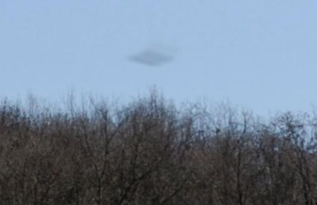 Nhiep anh gia bat gap UFO bay qua nui o Romania - Anh 2