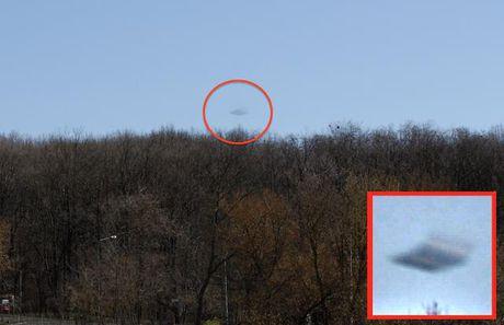 Nhiep anh gia bat gap UFO bay qua nui o Romania - Anh 3