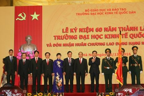 Truong Dai hoc Kinh te Quoc dan ky niem 60 nam thanh lap va don nhan Huan chuong Lao dong hang Nhat - Anh 2