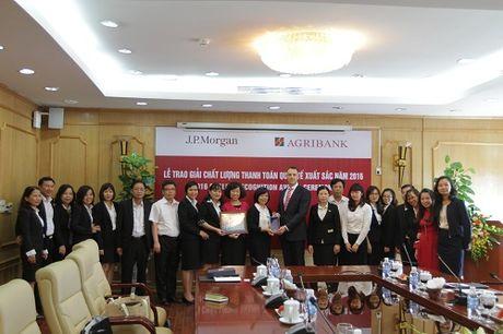 "Agribank nhan giai thuong ""Chat luong Thanh toan quoc te xuat sac nam 2016"" - Anh 1"