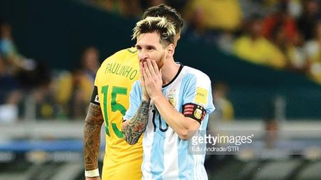 Lionel Messi 'gay lung' voi tuyen Argentina - Anh 1