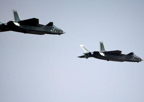 Dai Loan coi chien dau co J-20 cua Trung Quoc chi ngang tam F-16V - Anh 1