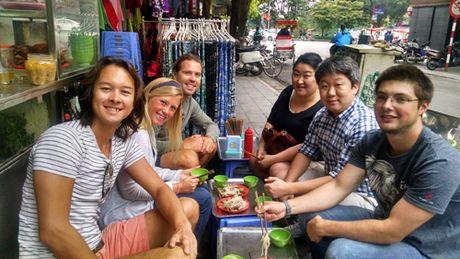 An o via he Ha Noi, khach Tay thay minh nhu nguoi khong lo - Anh 4