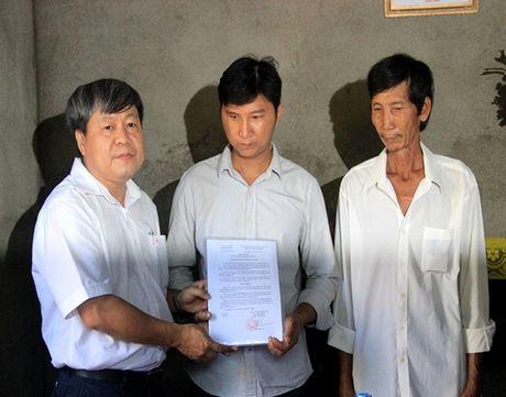 Ban ATGT TP.HCM tang nha tinh thuong cho nan nhan tai nan giao thong - Anh 1