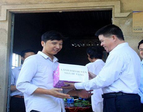 Ban ATGT TP.HCM tang nha tinh thuong cho nan nhan tai nan giao thong - Anh 3