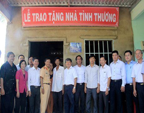 Ban ATGT TP.HCM tang nha tinh thuong cho nan nhan tai nan giao thong - Anh 5