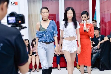 Chi gai sinh doi cua Nam Em khoe mat moc xinh dep, chan dai goi cam - Anh 4